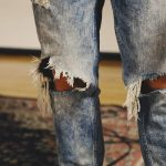 Pantalones rotos en la rodilla para hombre